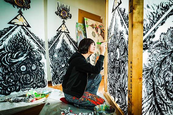 """""""生と死""""を作品に込める美人画家・小松美羽:""""美しすぎる画家""""が描く「わたしの生と死」とは 1番目の画像"""