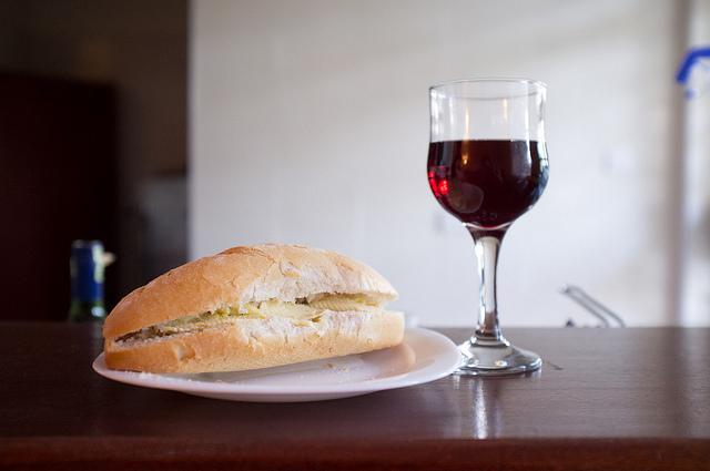 """ワインに合う""""つまみ""""の簡単レシピ。コンビニで売っているモノが高級レストランの料理に早変わり 1番目の画像"""
