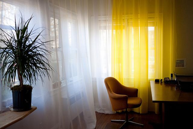 部屋が七色に変わるカーテンの色選び。カーテンの色でワンランク上の部屋作りを 4番目の画像