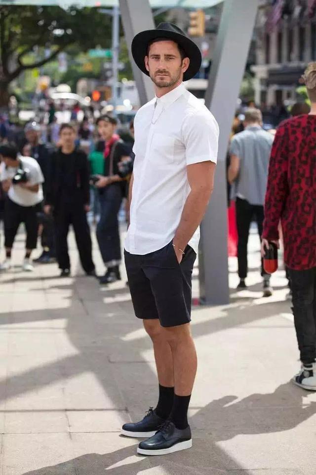 """メンズファッションの大黒柱、""""白シャツコーデ""""決定版:これからの季節には白シャツで爽やかに飾れ 17番目の画像"""