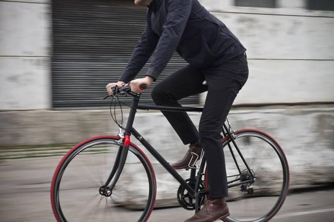 """ロードバイクを安全に乗るためのおしゃれな5つの""""ヘルメット"""":風を切って通勤するのも粋なもの 1番目の画像"""