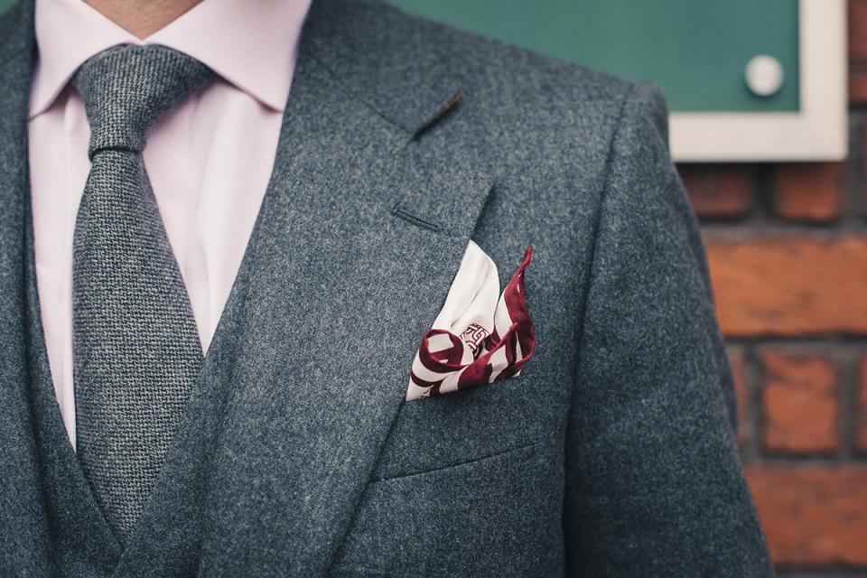 """シチュエーション別ハンカチ(ポケットチーフ)の折り方:""""結婚式""""と""""ビジネス""""では折り方が違う! 1番目の画像"""
