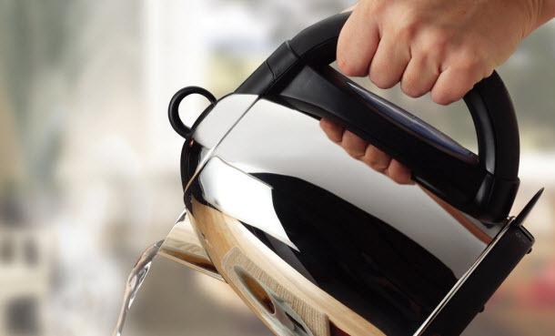あまり掃除するイメージのない電気ケトルを劇的に洗浄! 電気ケトルの水垢掃除方法 1番目の画像