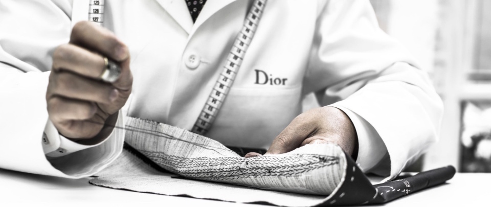 """Dior Homme""のジャケットは、すべて手作業でしかできない職人のメティエ(匠の技)で光る 3番目の画像"