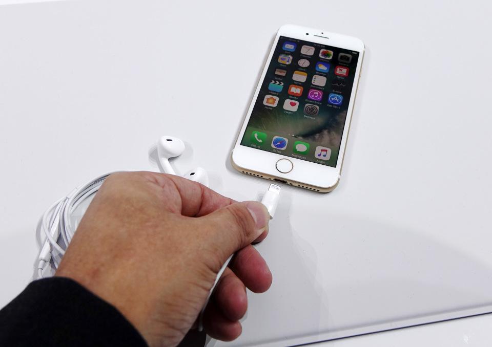 西田宗千佳のトレンドノート:日本が「最恵国待遇」に? 相半ばする「iPhone 7」の戦略 5番目の画像