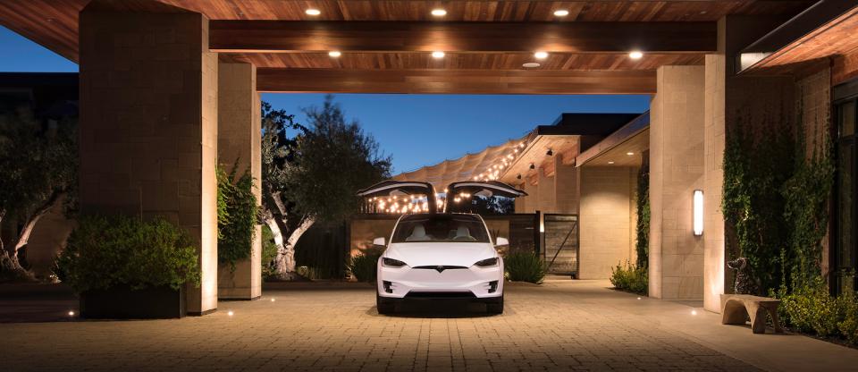 電気自動車のイメージを覆す、一回の充電で最高542km走行可能なテスラ「モデルX」が日本上陸 2番目の画像