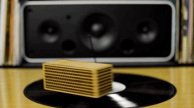レコードの世界へようこそ! レコード盤の上を走るポータブルレコードプレイヤー「RokBlok」 4番目の画像