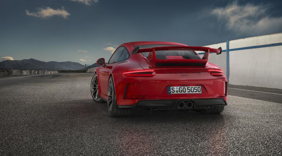 まるで公道を走るレーシングカー! ポルシェの新型「911 GT3」はモンスターマシンだった!! 2番目の画像