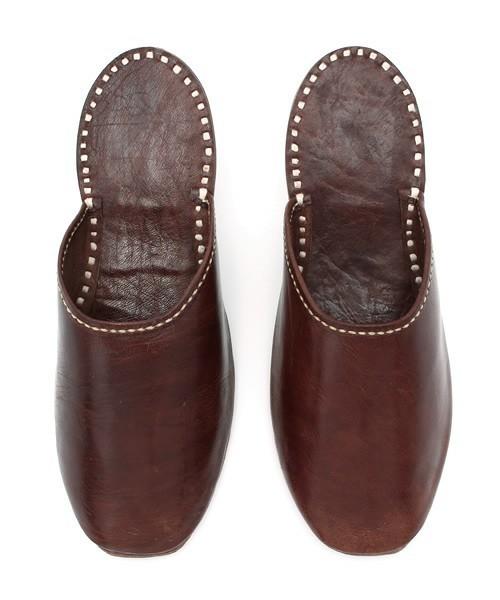 窮屈でムレる革靴から解放されたい! オフィスで使えるルームシューズ 2番目の画像