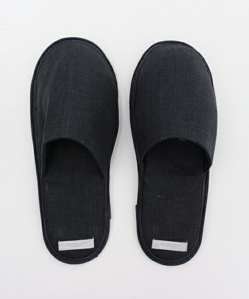 窮屈でムレる革靴から解放されたい! オフィスで使えるルームシューズ 6番目の画像