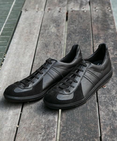 「今日の靴どれにしよう?」コーデの悩みを解決する大人の万能アイテム ・黒スニーカー 1番目の画像
