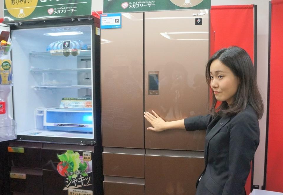 シャープの最新プラズマクラスター冷蔵庫はワンプッシュで開きます! 1番目の画像
