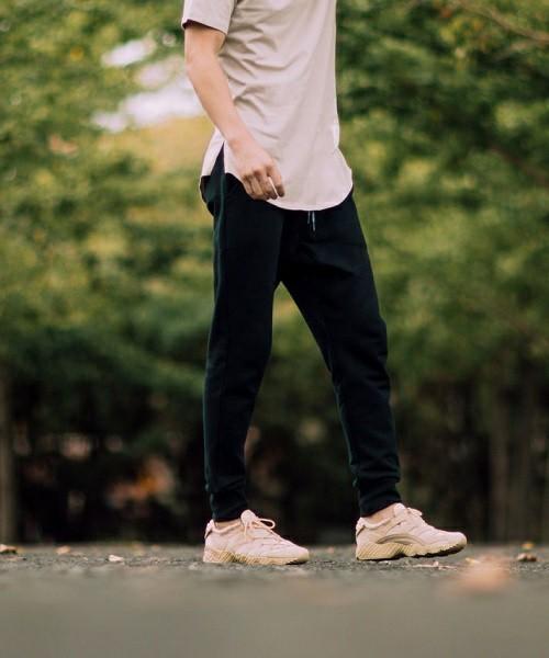 """俄然流行中の""""ジョガーパンツ""""色別メンズコーデ24選:トレンドアイテムを着こなして時代に乗れ! 1番目の画像"""
