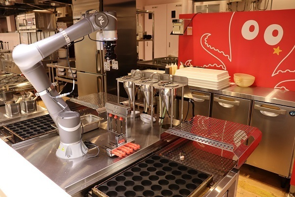 ・フードコートに「たこ焼き・ソフトクリームロボット」が登場、従業員の負担を軽減し効率化 1番目の画像