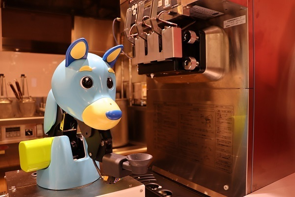 ・フードコートに「たこ焼き・ソフトクリームロボット」が登場、従業員の負担を軽減し効率化 2番目の画像