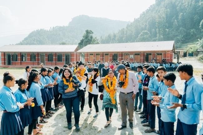 アールイズ・ウエディング、ネパールの学校に図書館を設置 2番目の画像