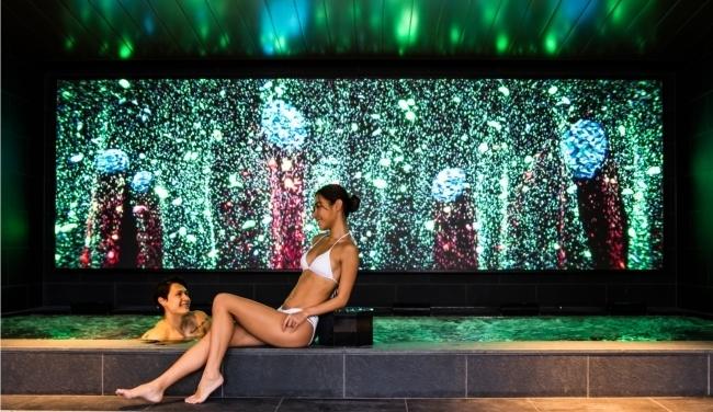 ホテルインディゴ箱根強羅の大浴場に大型LEDビジョンが登場 1番目の画像
